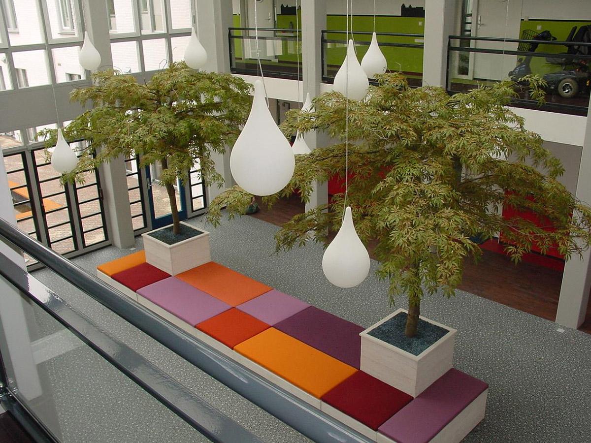 Deze Esdoorn parasol kunstbomen geven dit interieur net dat extra wat het nodig heeft. Weinig onderhoud dus een enorme kostenbesparing ten opzichte van echte bomen.