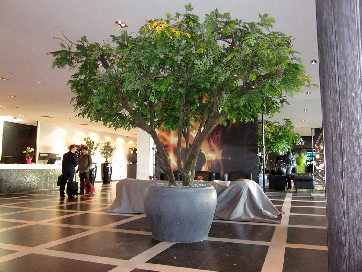 Deze prachtige meerstammige Eiken kunstbomen zorgen bij van der Valk hotels voor de juiste sfeer in de lobby.