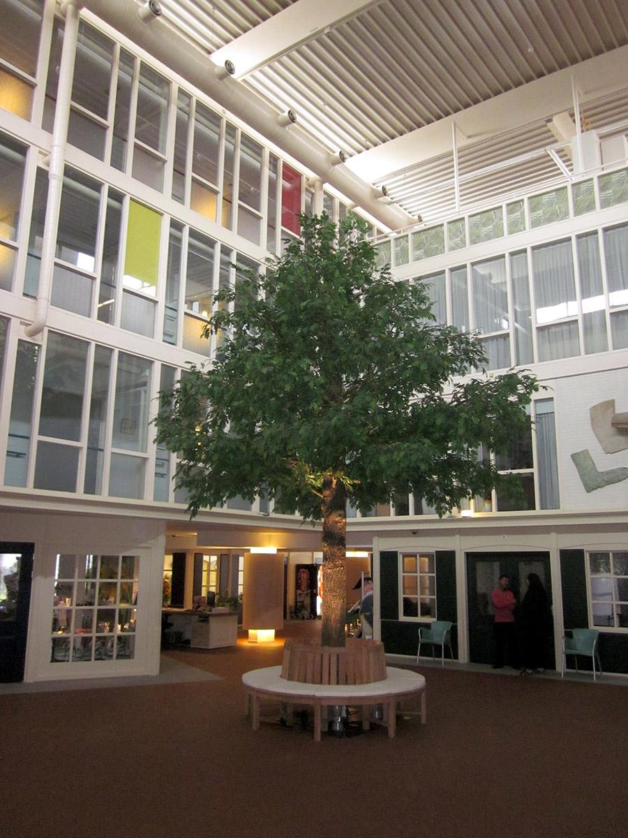 Deze prachtige kunstboom geeft de bewoners van dit verzorgingstehuis het gevoel dat men buiten zit. Met de boombank er omheen is dit een favoriete plek van de bewoners.