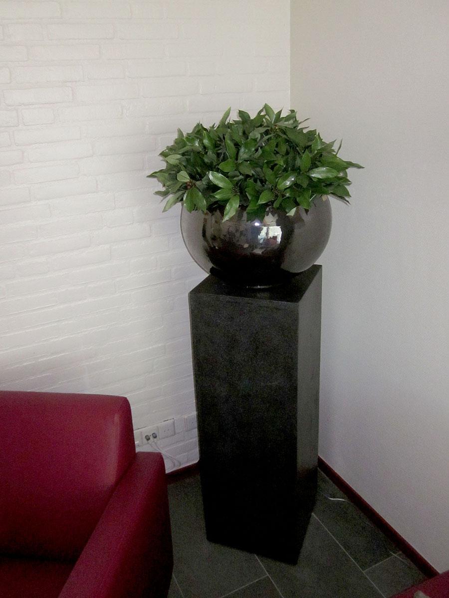 Kunstplant in metal glaze pot op zuil