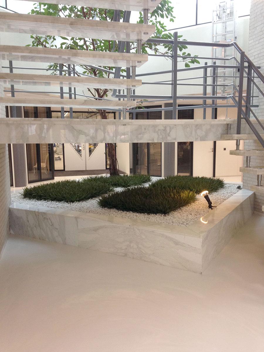 Kunstgrassen in marmeren plantenbak.... Design en productie door Kread'or.